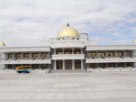Türkmenistan Devlet Tribün Binası